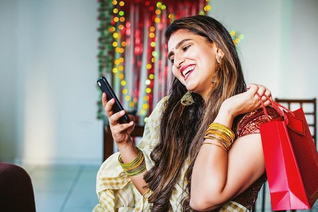 Mujer india haciendo compras en línea de regalos de diwali