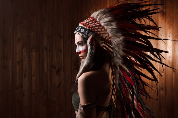 Mujer india con maquillaje tradicional