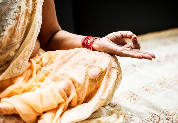 Una mujer india meditando