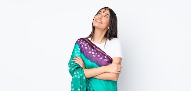 Mujer india mirando hacia arriba