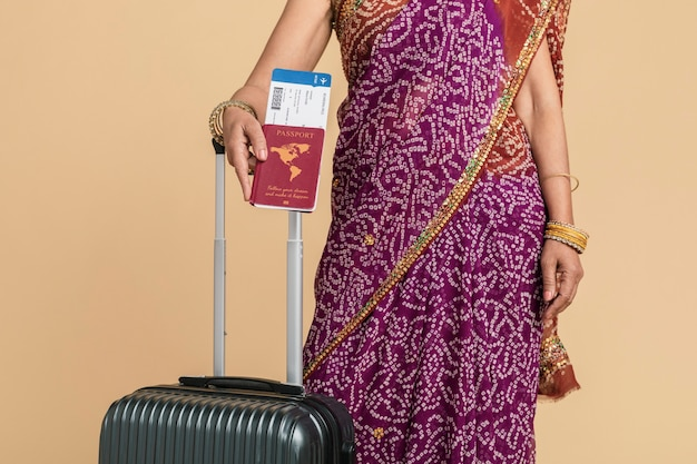 Mujer india en un sari listo para embarcar