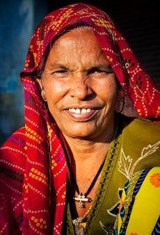 Mujer indígena senior sonriendo a la cámara