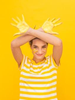 Mujer infantil con manos pintadas