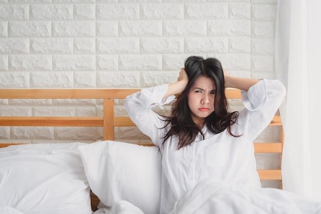 Mujer infeliz se despierta en su cama