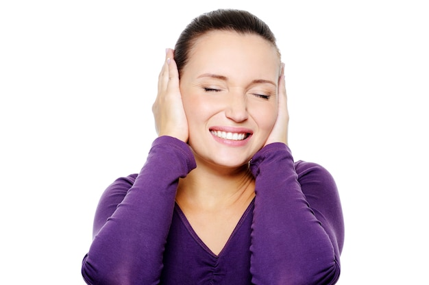 Mujer infeliz con expresión negativa en su rostro