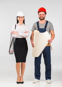 Mujer ingeniero y constructor de pie con papel whatman