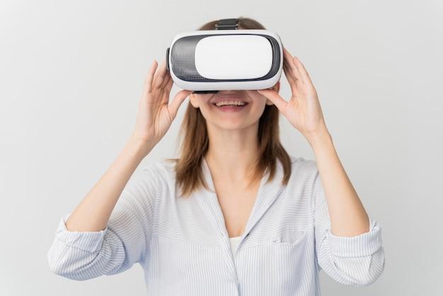 Mujer innovando energía en estilo de realidad virtual