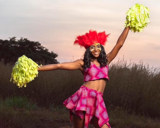 Mujer con instrumento en carnaval