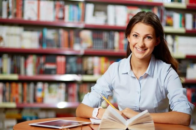 Mujer inteligente escribiendo una redacción