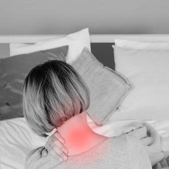 Mujer irreconocible con dolor de cuello