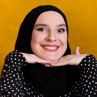 Mujer islámica muy sonriente mirando a cámara