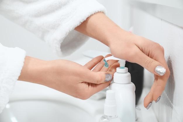 Mujer con jabón especial para lavarse las manos en casa