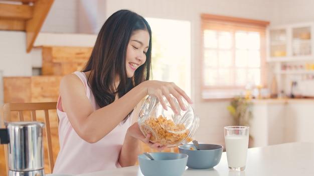 Mujer japonesa asiática desayuna en casa