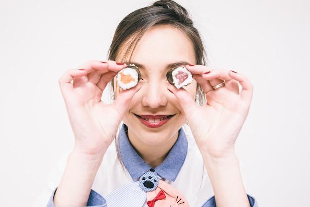 Mujer japonesa comiendo sushi
