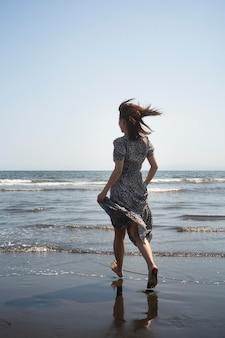 Mujer japonesa de tiro completo en la playa