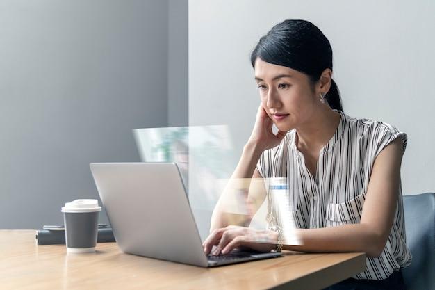 Mujer japonesa trabajando desde casa en una nueva vida normal