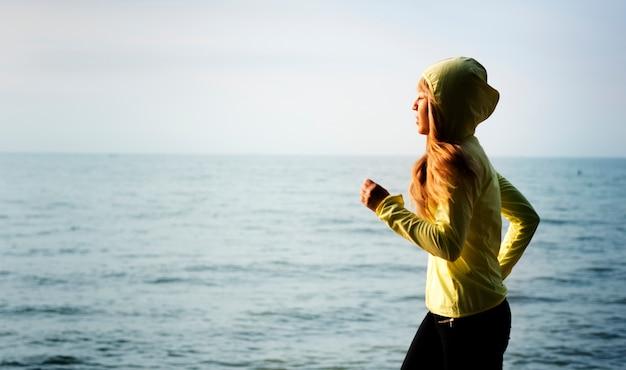 Mujer, jogging, en, un, playa