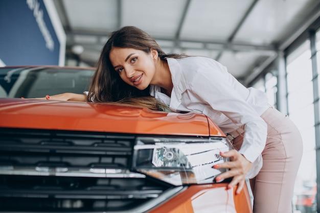 Mujer joven, abrazar, ella, coche nuevo