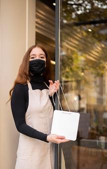Mujer joven abriendo restaurante