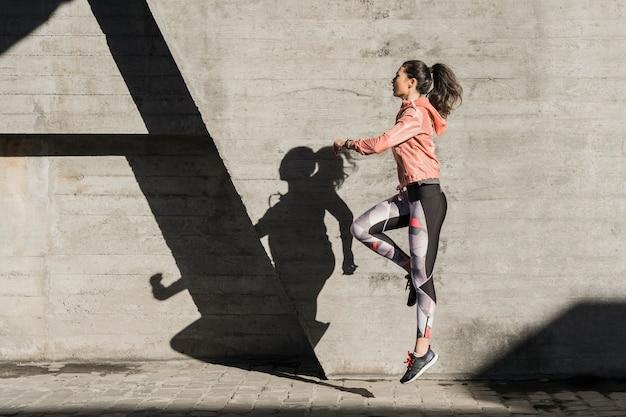 Mujer joven activa lista para entrenar