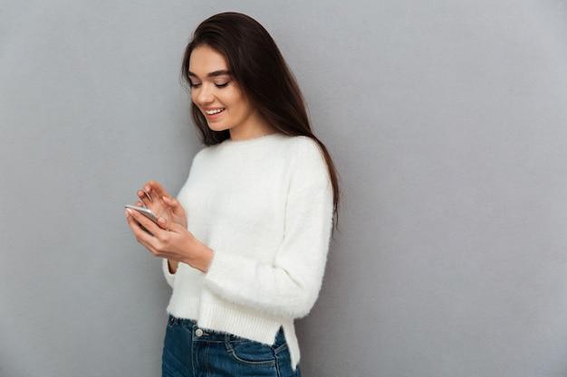 Mujer joven adolescente con teléfono inteligente