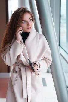 Mujer joven en aeropuerto internacional.
