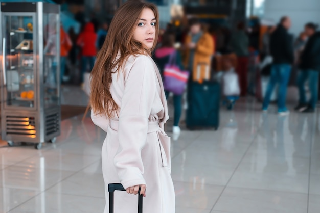 Mujer joven en el aeropuerto moderno.