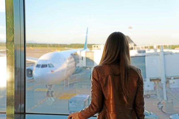 Una mujer joven en el aeropuerto.