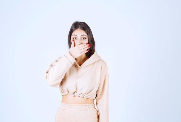 Mujer joven aguantando el aliento que significa mal olor