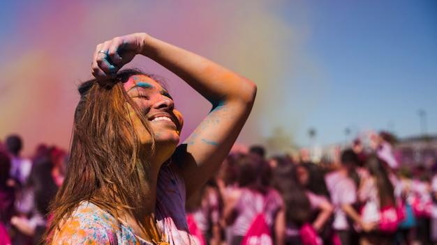 Mujer joven alegre en festival holi