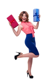 Mujer joven alegre con regalos