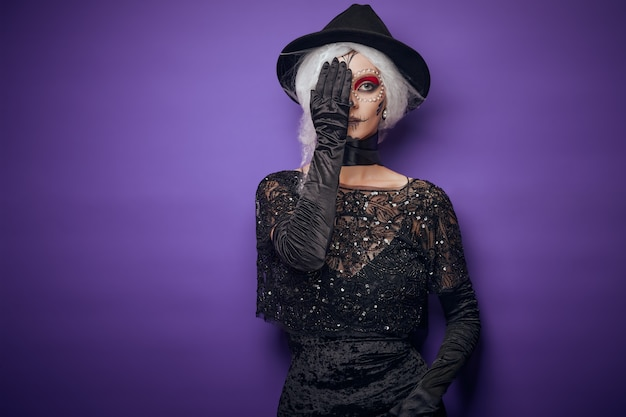 Mujer joven alegre en traje de halloween