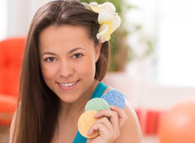 Mujer joven con almohadas cosméticas
