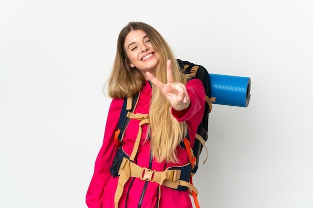 Mujer joven alpinista con una mochila grande aislada