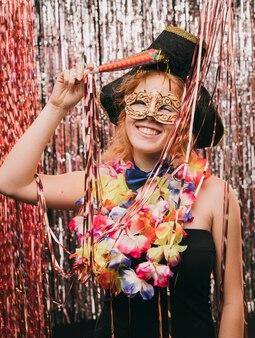 Mujer joven de alto ángulo con máscara en fiesta de carnaval