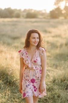 Mujer joven, ambulante, en, bosque