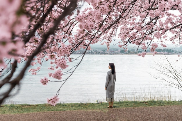 Mujer joven apreciando la naturaleza que la rodea