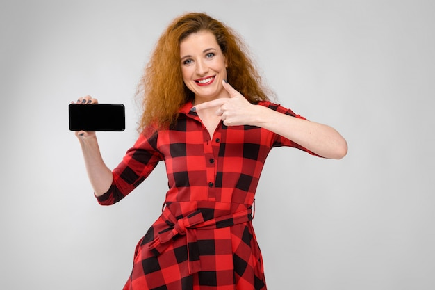 Mujer joven apuntando al teléfono