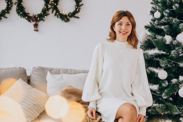 Mujer joven, por, el, árbol de navidad