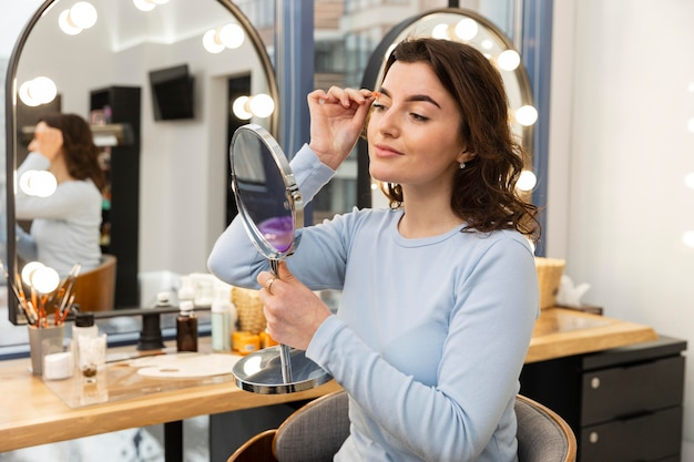 Mujer joven arreglando sus cejas