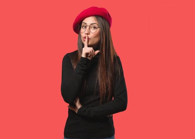 Mujer joven artista guardando un secreto o pidiendo silencio
