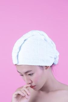 Mujer joven de asia con rostro limpio y fresco, toque en la cara, expresiones faciales expresivas, cosmetología y spa.