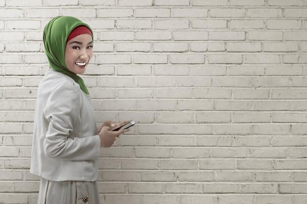 Mujer joven asiática musulmana