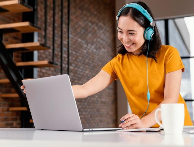 Mujer joven asistiendo a clases online