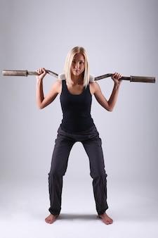 Mujer joven atleta con barra de ejercicio