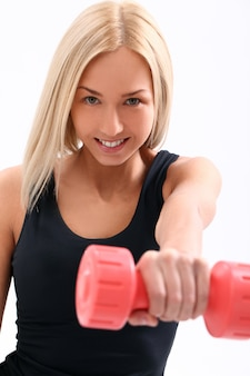 Mujer joven atleta con pesas