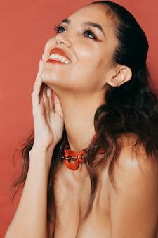 Mujer joven atractiva con accesorio que lleva maquillaje