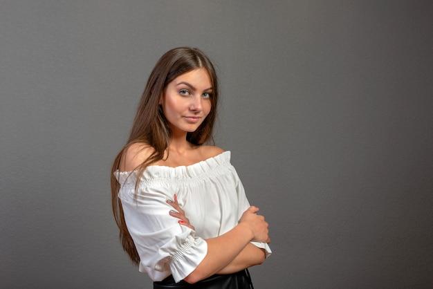 Mujer joven atractiva y emocional sobre fondo oscuro con espacio de copia