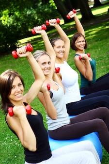 Mujer joven y atractiva haciendo ejercicios de fitness