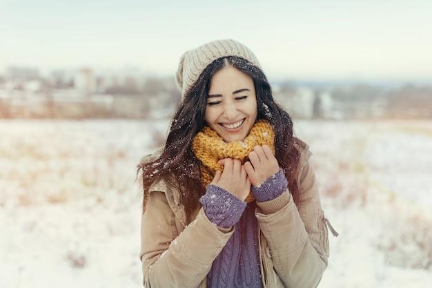 Mujer joven atractiva en invierno al aire libre